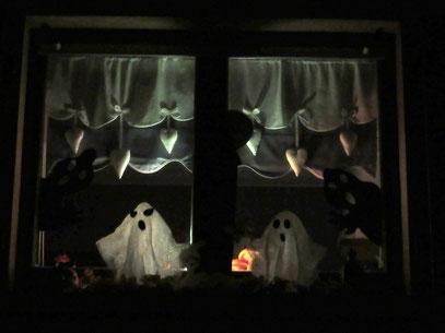 Petits fantômes de fenêtre la nuit