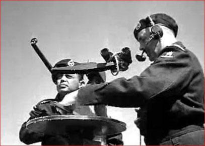 """Waarnemer en verbindingsman op een uitkijktoren (uit promotiefilm """"Kijken, Luisteren, Doorgeven"""" Polygoon 1955)"""