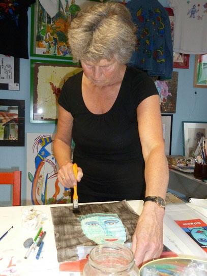 Angelika konzentriert bei ihrem Werk