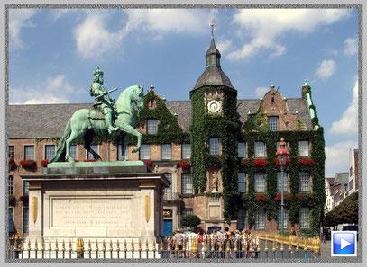 Das Düsseldorfer Rathaus mit Reiterstandbild Johann Wilhelm (Jan Wellem)