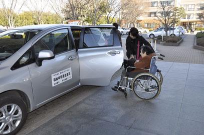 ▲病院の玄関先で利用者の乗車を手伝う協力会員 【2012年12月】