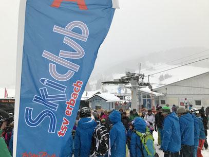 Beachflags des Skiclub Erbach sorgen bei den Gruppeneinteilungen und -treffpunkten für Orientierung