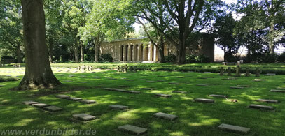 Die Gedenkhalle des Friedhofs