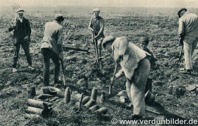 Kurz nach dem Krieg - Kupfersucher bei der Arbeit. Oft eine tödliche Aufgabe