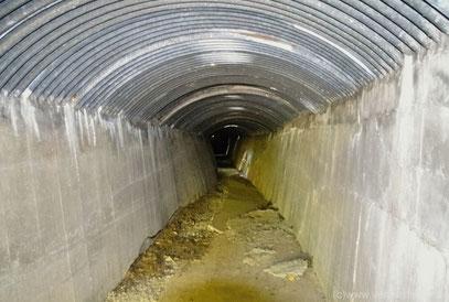 Ehemaliger Schmalspurtunnel, der es erlaubte, Munition geschützt an das marinegeschütz heranzuführen
