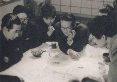 丹下自邸での打合せ。1958年。左から浅田孝・丹下・長島正充・稲塚二郎・神谷宏治・黒川紀章。