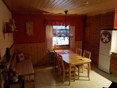 Geräumige Wohnküche mit schwedentypischem Köksoffa (Küchensofa)