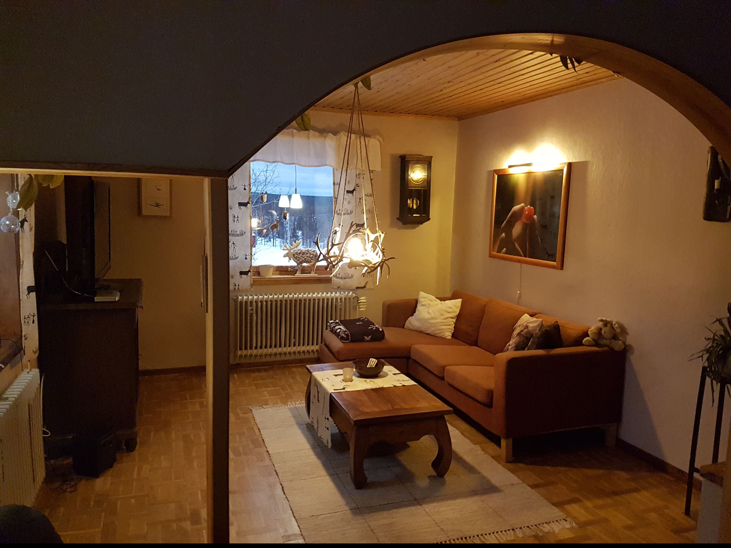 Gemütliches helles Wohnzimmer mit vielen Fenstern