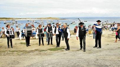 Ça grouillait de monde et de musiciens, comme ici avec les Sonerien an Tevenn, sur le port de Molène.