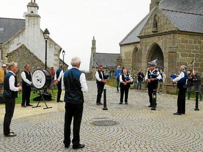 Samedi, les Sonerien an Tevenn ont animé le bourg, juste avant la sortie découverte « côté mer ».