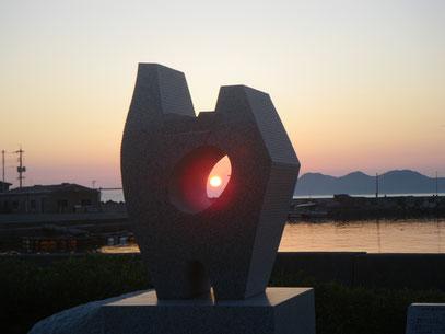 入選   辻 正義   タイトル 『心をつなぐ夕日の覗き窓』