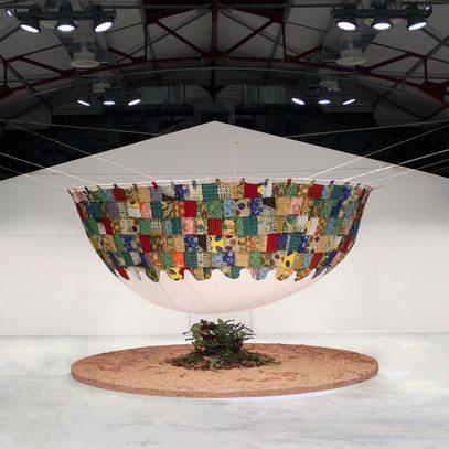 Lors de sa résidence d'artiste en Tanzanie Laurent Valera a réalisé cette superbe installation sur la fonte annoncée des glaciers du Kilimandjaro : quand art et écologie s'allient cela donne naissance à de superbes oeuvres d'art