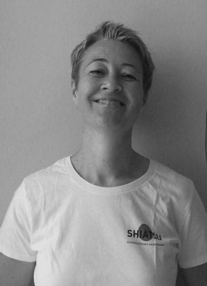 Portrait von Gundi Schachl im Shiatsu-T-Shirt