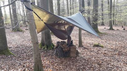 Wildniswandern Trap mit Hängematte  zwischen Bäumen
