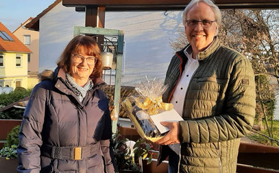Die Sängerfreunde gratulierten Michael Meier (Bild oben) zum 80. Geburtstag und Rainer Grzyb (Bild unten) zum 60. Geburtstag und überreichten einen Weinkorb als Dankeschön für ihre Vereinstreue