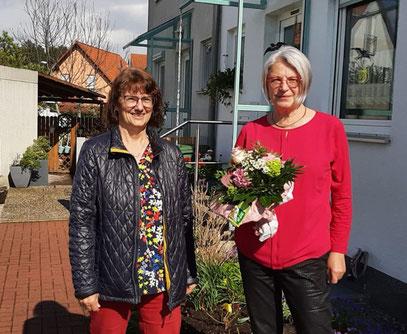 Die Sängerfreunde gratulierten Georg Wolkersdorfer (Bild oben) zum 80. Geburtstag und Monika Planitzer (Bild unten) zum 70. Geburtstag und überreichten einen Weinkorb als Dankeschön für ihre Vereinstreue