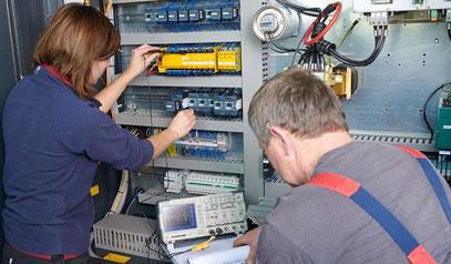 Hier wird an einer modernen Fräsmaschine die Schutzeinrichtung auf Fehler untersucht.