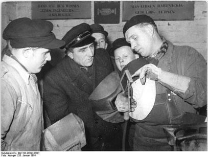 """Am 26. Januar 1955, dem """"Tag des sowjetischen Neuerers"""" führten Schweißer aus der Schweißtechnischen Versuchs- und Lehrwerkstatt Berlin-Adlershof den Kollegen der MTS in Nauen die Nasarow-Methode vor"""