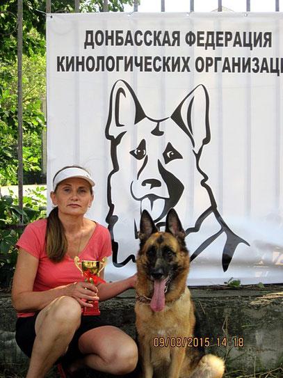 Участница выставки- Белякова Оксана с чемпионкой Донбасса немецкой овчаркой Леста Остлих Аусваль.