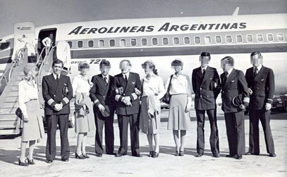 Tripulación. El piloto Prelooker (segundo desde la izquierda) y sus compañeros, en 1982, en uno de los vuelos habituales de Aerolíneas Argentinas.