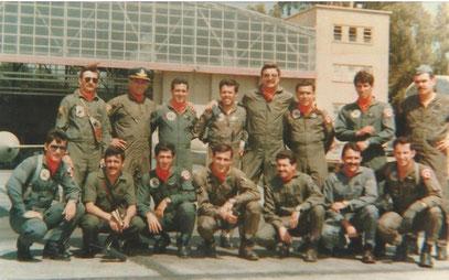 Pilotos peruanos y argentinos en Mendoza 1981. Todos los pilotos de A-4C agachados cayeron en Malvinas: Néstor López, Jorge Casco, Daniel Manzotti y Jorge Farías- Foto: Comandante FAP Raúl Calle (al lado de J. Casco)