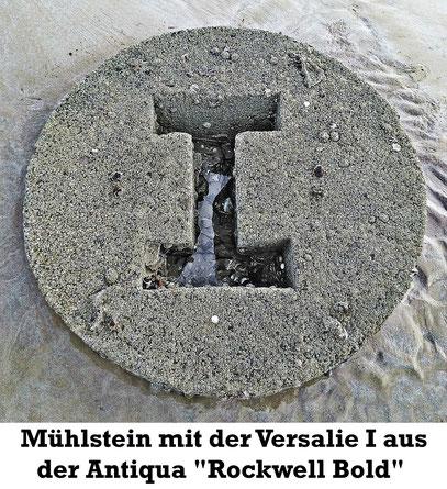 """Mühlstein mit der versalie I aus der Antiqua """"Rockwell Bold""""."""