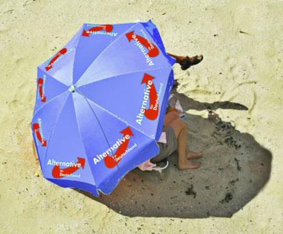 Lieber einen Sonnenbrand, als unter diesem Schirm.