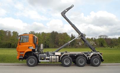 Lastwagen mit drei gelenkten Achsen