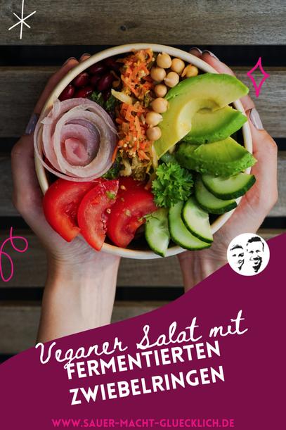 Veganer Salat mit fermentierten Zwiebelringen in 4 Minuten