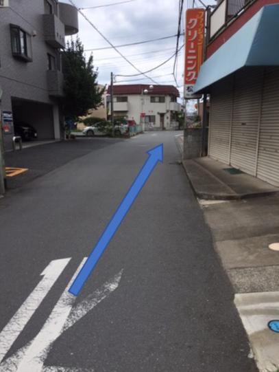 最初の小道を左に入る