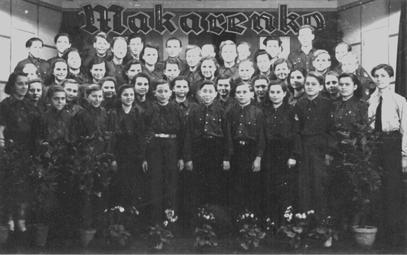 Der Chor des Ausbildungswerkes 1950 im selbst erbauten Kulturraum