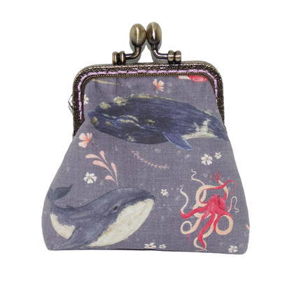 Porte-monnaie rétro femme bourse vintage tissu parme mauve avec baleines hippocampes fond marin