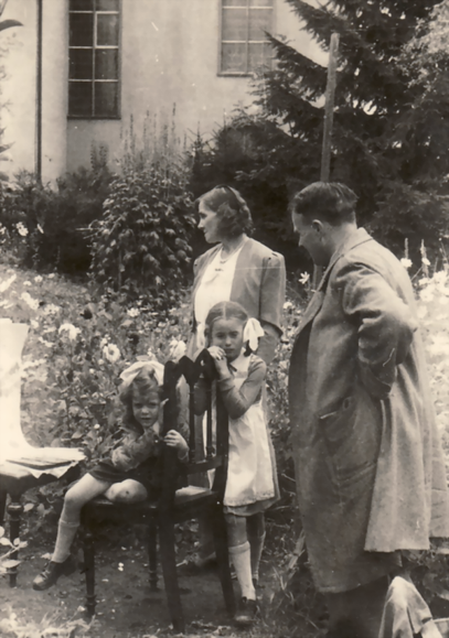 Erwin Bowien painting in the Kreuzthal cemetery, 1944. From left to right: Bettina Heinen, Erna Heinen-Steinhoff, Gabriele Heinen and Erwin Bowien