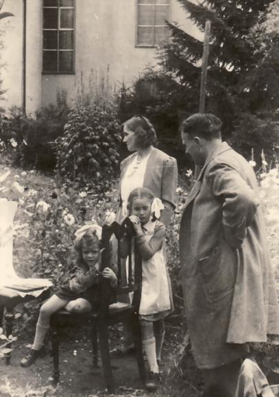 Erwin Bowien beim Malen im Friedhof von Kreuzthal, 1944. Von links nach rechts: Bettina Heinen, Erna Heinen-Steinhoff, Gabriele Heinen und Erwin Bowien