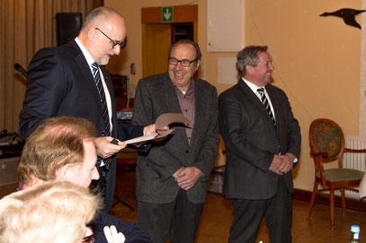 Bruno Möller wird für 30 Jahre Mitgliedschaft ausgezeichnet.