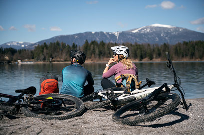 Ein Paar am See mit Specialized e-Mountainbikes