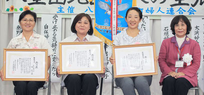 (右2人目から)最優秀賞の曽根田さん、優秀賞の友利さん、東さん=17日午後、大川公民館