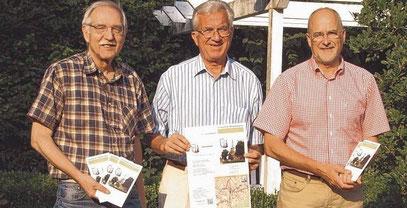 """Das Autorenteam der neuen Schenefelder Broschüre ,,Geschichtsweg"""": (v.li.) Bernd Reichert, Dr. Karsten Nühs und Johann Hansen."""
