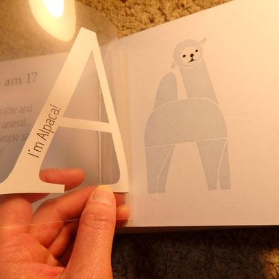 そのアルファベットで始まる動物が出てくる仕掛け! There's the animal behind it whose name starts with the alphabet