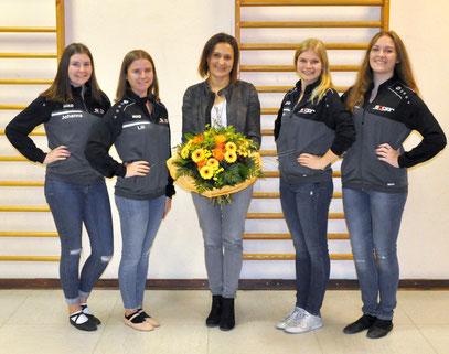 Die Trainerinnen bedankten sich bei Ulrike Sager (Mitte) mit einem Blumenstrauß.