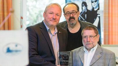Günter Zirbi (rechts) nahm den Bürgerpreis des Wanheimerorter Bürgervereins von Torsten Steinke, 1. Vorsitzender BV Wanheimerort (links), und Wolfgang Braun, Laudator (Mitte) entgegen. (WAZ-Foto: Tanja Pickartz)