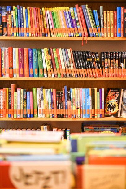 Das Angebot in der kleinen Bücherei ist groß: Vom ersten Bilderbuch über spannende Krimis bis zu herzergreifenden Liebesgeschichten ist alles dabei.  (WAZ-Foto: Lars Fröhlich)