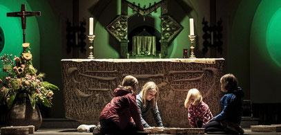 Für junge Besucher gab es in der Duisburger Nacht der offenen Gotteshäuser Basteleien und Spiele. (WAZ-Foto: Daniel Helbig)