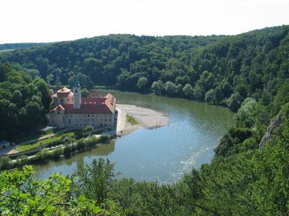 Straubings Stadtsilhouette von Norden mit Dunst über der Donau.