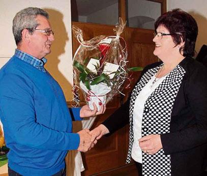 Alois Eiber bedankt sich bei der Pfarrgemeinderatssprecherin Gertraut Maier für die Vorbereitung des Neujahrstreff