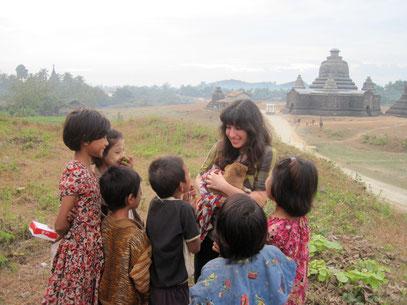 Moi avec enfants birmans devant la cité aux 10 000 bouddhas, photo peintre, cornettiste, portraitiste, natpalette