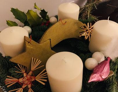 Den Adventskranz hat dieses Jahr unser Großer selbst gebastelt.