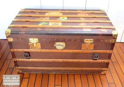 Malle courrier à 2 serrures Moynat - Serie E Malle à sangles et double serrures Nombreuses etiquettes d'hôtel durant ses voyages.