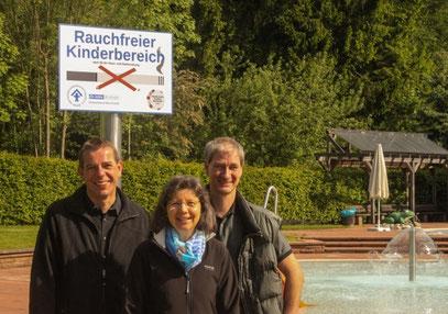 Die Schilder sind montiert: (v.l.) Ralf Wallau (Vorsitzender des Freibad-Fördervereins), Sibylle Strobel (Vorsitzende des Kinderschutzbunds Murrhardt) und Michael Schünzel (Betriebsleiter der Stadtwerke Murrhardt)