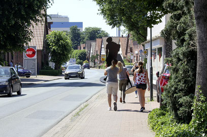 Rehburgs Juden dorthin bringen, wo sie einmal gelebt haben: IGS-Schüler tragen deren Schattenrisse durch die Straßen.
